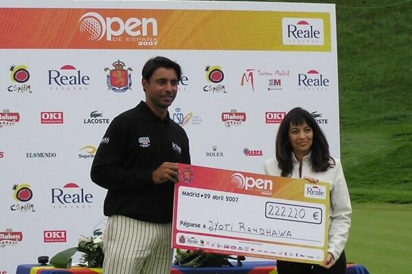 Jyoti Randhawa recibiendo el premio como 2º clasificado en el Open de España de 2007. Foto: OpenGolf.es