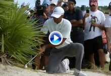 La regla que limita el uso de la TV libró a Tiger de una clara penalidad. Golpeó la bola 2 veces (VÍDEO)