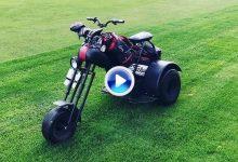 Ni buggies, ni carritos. Llega la revolución a los campos de golf con la Moto Chopper (VÍDEO)
