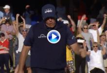 Phil Mickelson sigue en el liderato gracias a golpes como éste. ¡Vaya purito en el temible 17! (VÍDEO)