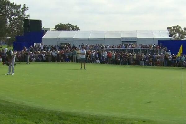 Tiger Woods pateando con bandera. Foto: @GOLF_com