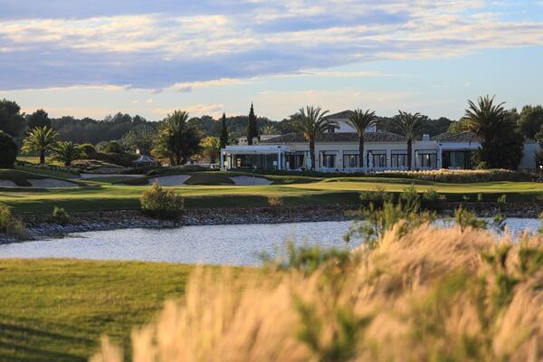 Vista del hoyo 18 de Las Colinas Golf
