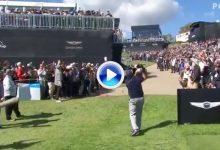 ¡Lefty lo volvió a hacer! Espectacular Flop Shot de Phil por encima de las gradas del público (VÍDEO)