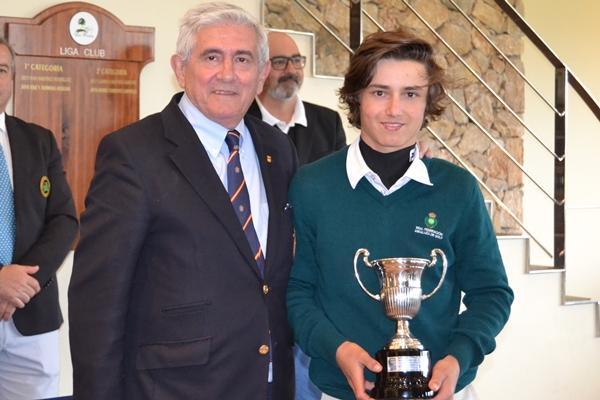 Álvaro Mueller-Baumgart posa con su trofeo junto al presidente de la RFEG