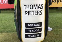 Thomas Pieters borda en su bolsa «EN VENTA» en tres idiomas con la esperanza de encontrar sponsor
