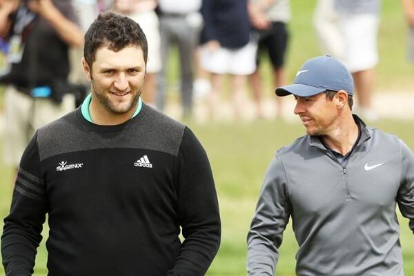 Jon Rahm y Rory McIlroy charlan amigablemente durante el pasado The PLAYERS