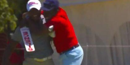 ¡Viva la naturalidad! Un marshal corrió a abrazar a Simon Ngige después de que embocara este chip
