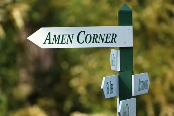 Señalización en el Augusta National que indica la dirección del Amen Corner