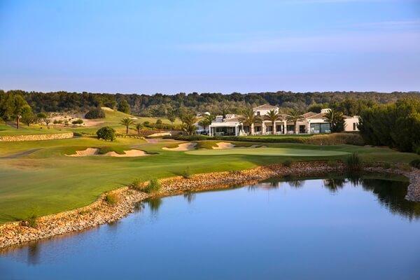Vista parcial del hoyo 18 de Las Colinas Golf con su Casa Club al fondo