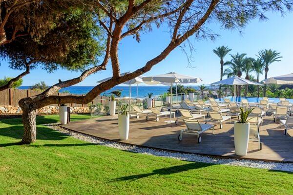 Las Colinas Beach Club, un mundo aparte… para relajarse y evadirse frente al Mediterráneo