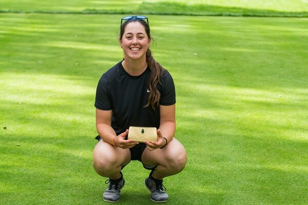 Nuria Iturrioz posando tras su triunfo en Marruecos