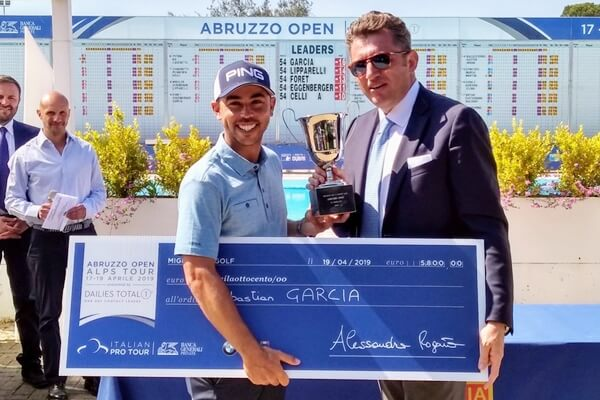 Sebastián García, campeon en el Abruzzo Open, posa con el trofeo y el cheque ganado