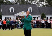 ¡EL REY HA VUELTO! Tiger Woods aumenta su leyenda consiguiendo su quinta Chaqueta Verde
