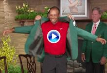 Momento para la historia. De esta forma Patrick Reed vistió de verde a Tiger Woods por quinta vez