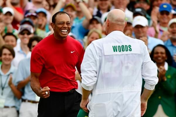 Tiger Woods celebra su victoria con Joe La Cava, su caddie