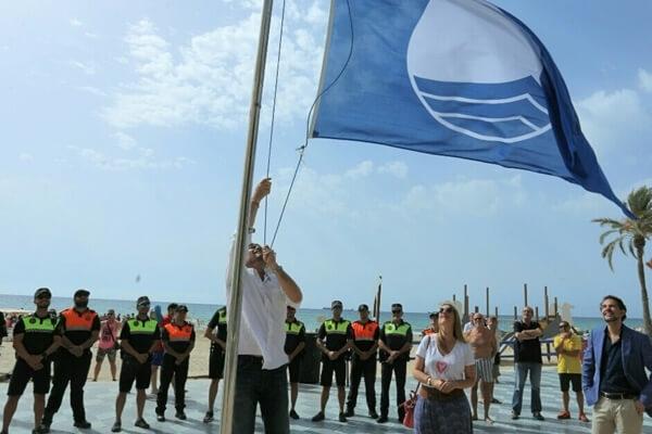 Momento del izado de la bandera