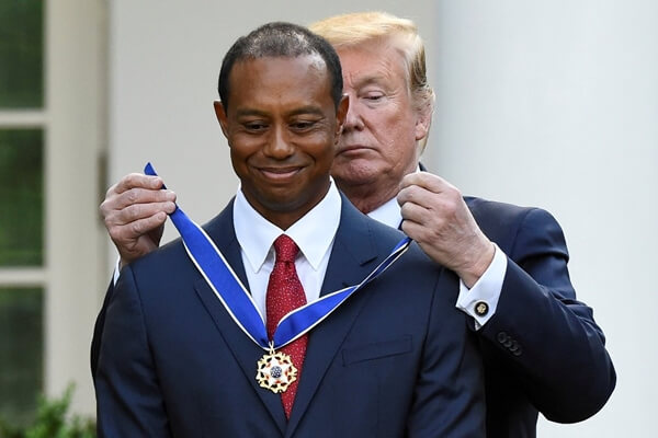 Donald Trump en el momento de entregar la medalla a Tiger Woods. Foto: @VOANoticias