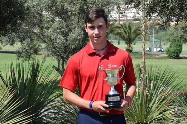 José Luis Ballester posa con el trofeo que le acredita como campeón de España Sub 16