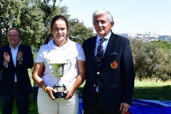 María Villanueva posa con su trofeo junto al presidente de la RFEG, Gonzaga Escauriaza