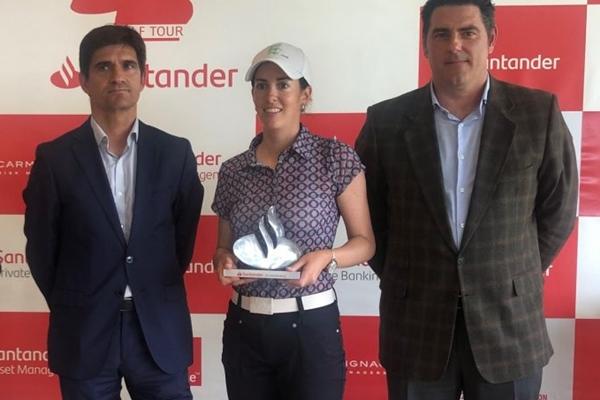 Mireia Prat posa con el trofeo de campeona en Basozabal