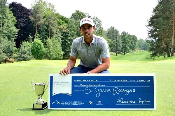 Sebastián García posa con sus trofeos en La Pinetina en Como, Italia