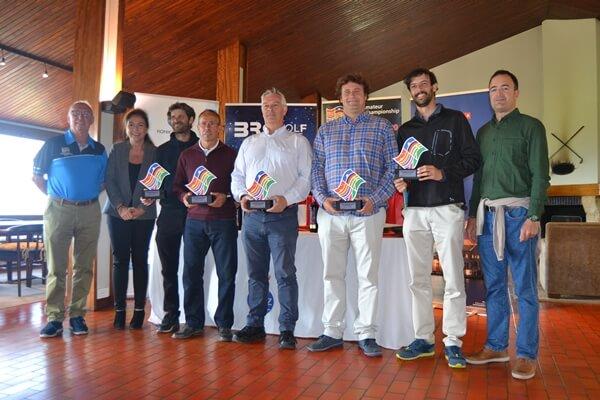 Los campeones en Zarauz posam con sus trofeos