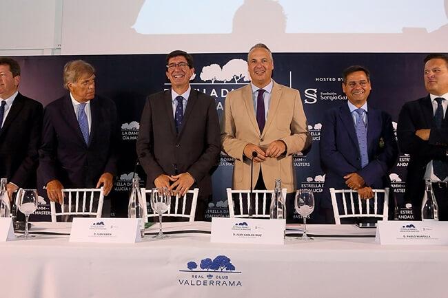 Juan Marín con gafas y traje oscuro durante la presentación del Andalucía Masters