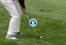 El Golf es duro… pero no tanto. Un «salto de rana» de Rory fue reparado con un purito desde el rough