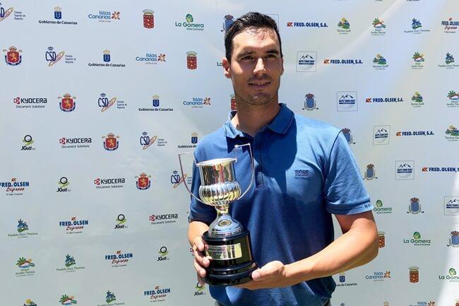 El jugador onubense posa con su trofeo