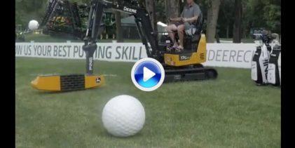 Putt gigante, bola gigante, hoyo gigante. Landry y Mullinax aceptaron el desafío de la excavadora