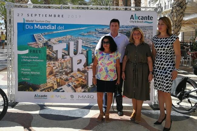 Mari Carmen Sánchez (en el centro) presentó las actividades con motivo del Día Mundial del Turismo