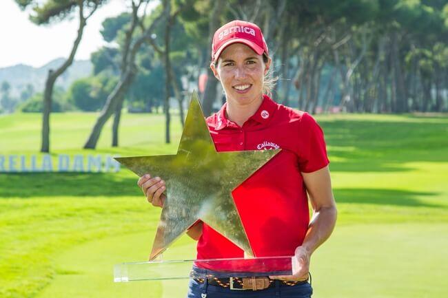 Carlota Ciganda posa con su trofeo conquistado en Sitges