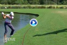 Jugando desde dentro del agua sin zapatos también se hacen pares como Cameron Champ en Houston