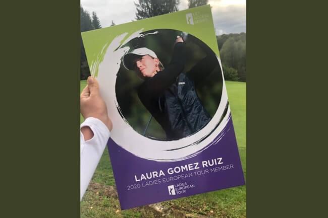Laura Gómez muestra su título de jugadora LET 2020
