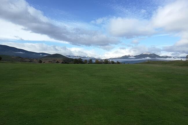 Nestares Golf con la nieve al fondo