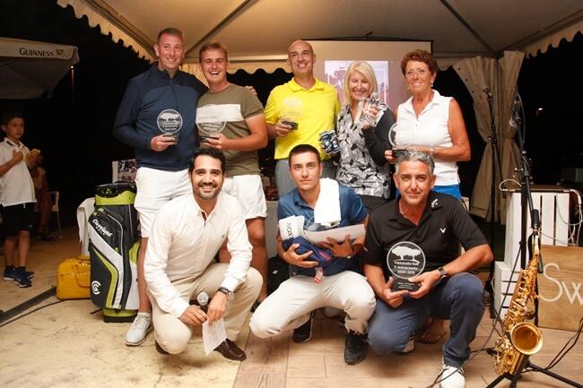 En la imagen los campeones posan con su trofeo junto a Joaquín Rocamora, director de Golf de Vistabella