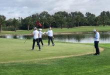 Tres parejas empatan en lo más alto tras el primer día de competición en el Real Club Sevilla Golf