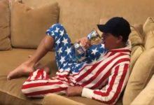 Mickelson «disfruta» de la Presidents en casa con 5 pantallas de TV embutido en la bandera americana