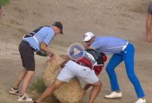 Álvaro Quirós a lo Tiger Woods. El español necesitó de ayuda para mover una «piedrecita» en el campo