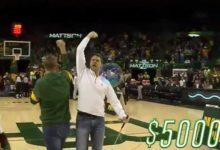 ¿Candidato al putt del año? Fan de basket emboca de lado a lado de la cancha y se lleva 5.000 dólares