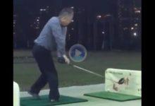 Alucinen con este jugador: a la lentitud en pegarle a la bola se le une un swing de los más extraños