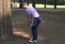 Golpe de fantasía de J. Thomas, jugó con la punta del palo a zurdas con la bola pegada a un árbol