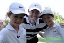 ¡Qué grande es el Golf! McIlroy hizo felices a dos niños hermanos, «viejos» amigos, Héctor y Eduardo