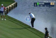 Jon Rahm necesitó de todo su equilibrio para sacar el birdie después de que su bola no se fuera al agua