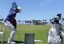 Este golfista trató aplicar en el campo de prácticas todos los consejos recibidos con muchísimo humor