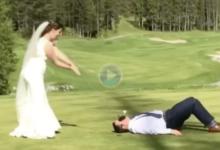 ¿Matrimonio feliz? El hombre acepta ejercer de tee humano y a la mujer se le va el palo de las manos