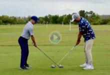 Dos golfistas, diestro y zurdo golpean ¿a la vez? la bola en un golpe imposible ¿Verdadero o fake?