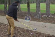 Este golfista jugó el driver desde la pinaza y entre los árboles. Un golpe, además, abriendo la bola