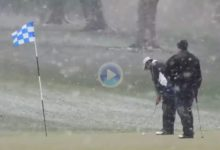 Una fuerte nevada en el estado de Nueva York no evitó que golfistas practicaran su deporte favorito
