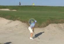 ¡Vaya espectáculo Rory! McIlroy dejó la bola pegada al hoyo con este golpazo desde el bunker en Florida